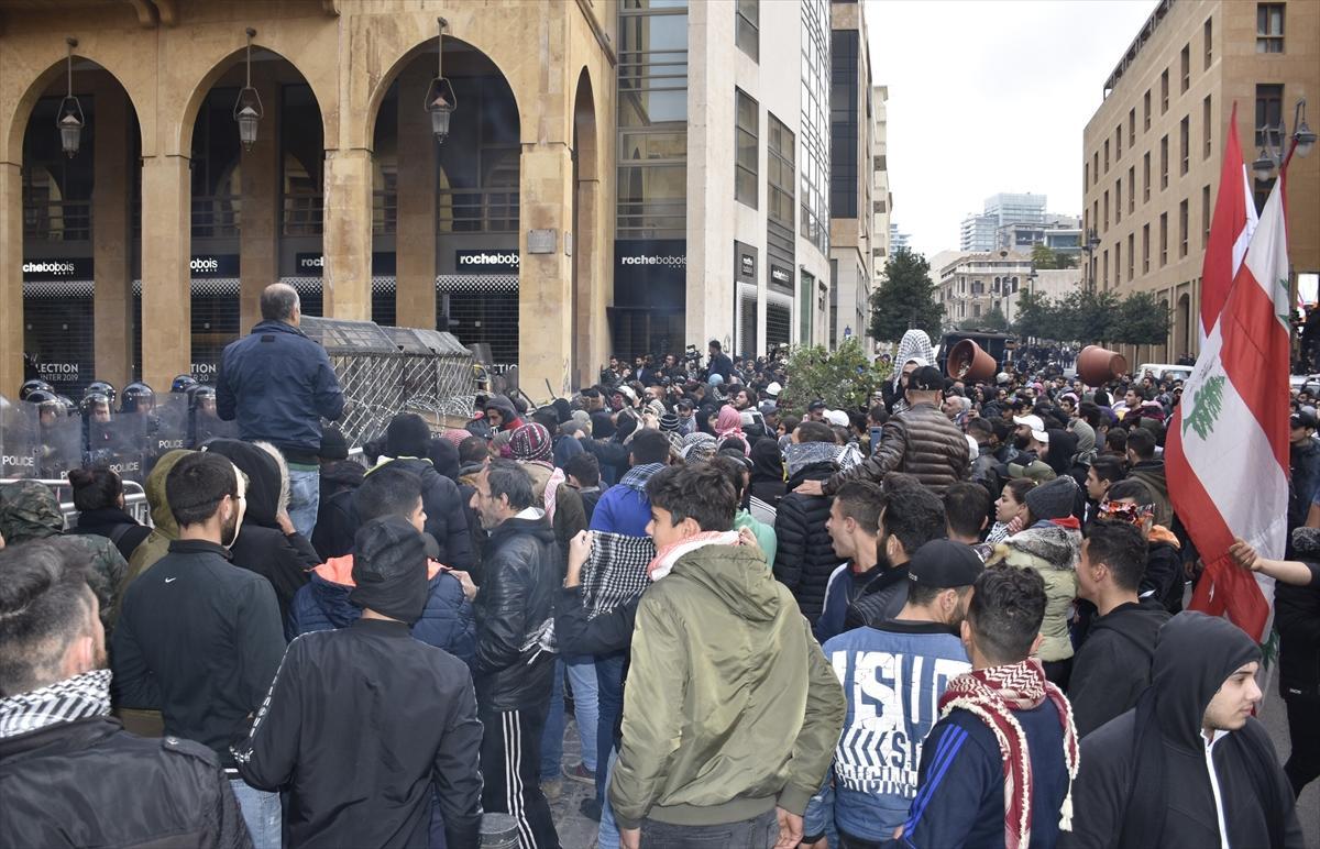 مواجهات في بيروت غداة أعنف اشتباكات منذ بدء الاحتجاجات