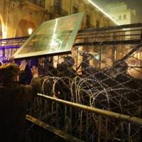 عون يعقد اجتماعا أمنيا في ظل مواجهات بين الأمن والمتظاهرين
