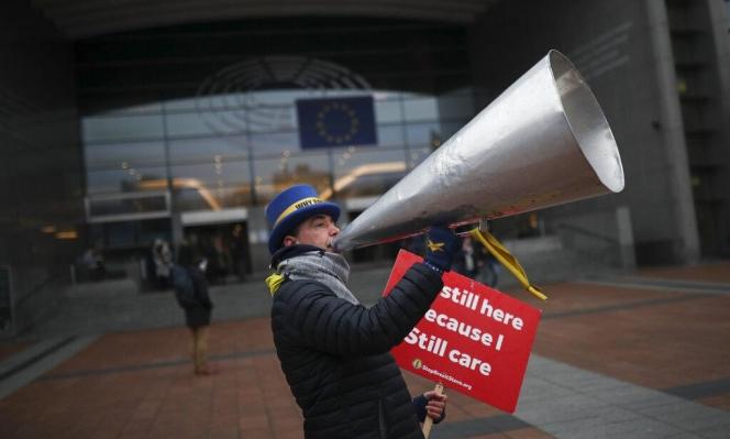 رئيس المفوضية ورئيس المجلس الأوروبي يوقعان على اتفاق بريكست