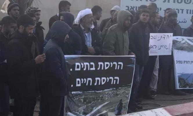 النقب: وقفة احتجاجية أمام مقر الشرطة رفضًا لهدم البيوت
