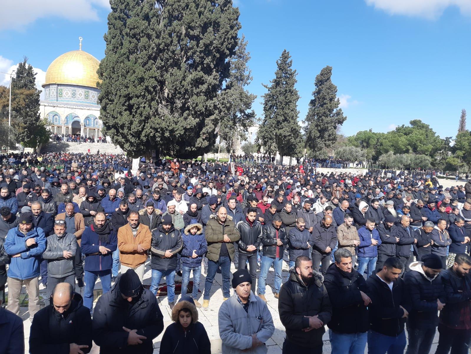 حشود فلسطينية تؤدي الجمعة بالأقصى رغم قيود الاحتلال
