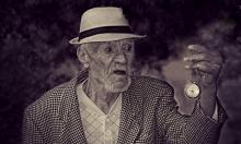 عميد سن البشريّة بين الذكور يبلغ من العمر 112 عامًا