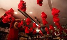 """""""دباديب"""" حمراء تملأ الدكاكين في غزة استقبالًا لعيد الحبّ"""