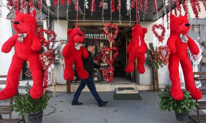 دكاكين غزة تتزيّن بالأحمر استعدادًا لعيد الحبّ