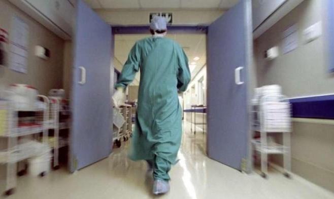 النقب: اعتقال والدة طفل حالته حرجة بالمستشفى