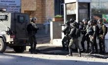 جيش الاحتلال يصادر صفًا مدرسيًا ويعتقل فلسطينيًا في الخليل