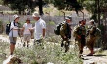 مستوطنون يعتدون على مزارعين بالخليل ويصادرون أراض بالأغوار