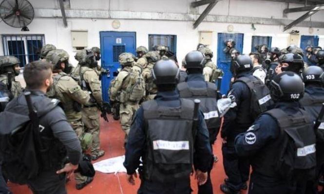 """اقتحام قسم (3) في سجن """"ريمون"""" والتنكيل بالأسرى"""