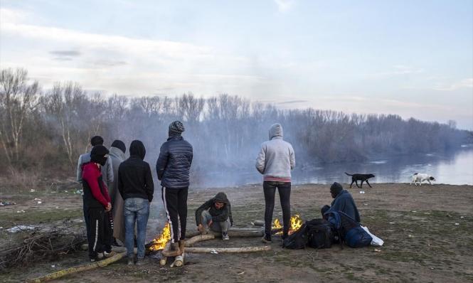 آلاف اللاجئين السوريين يتدفقون من تركيا إلى الحدود اليونانية