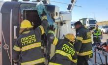 إصابة خطيرة إثر انقلاب شاحنة بالنقب
