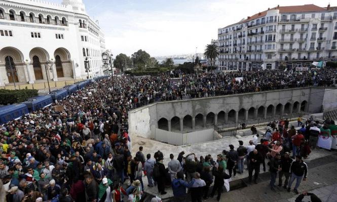 الجزائر: قمع مسيرة شعبية ضد النظام واعتقال 10 ناشطين