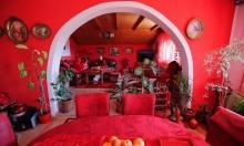سيدة تختار اللون الأحمر ليزيّن حياتها.. من المنزل حتى القبر