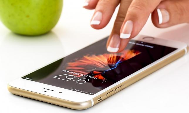 """""""آبل"""" تصدر تعليمات حول تنظيف هواتفها تحسبا من كورونا"""