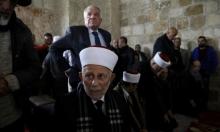 الاحتلال يغرّم مدير الأوقاف بحجة السماح بالصلاة في الأقصى