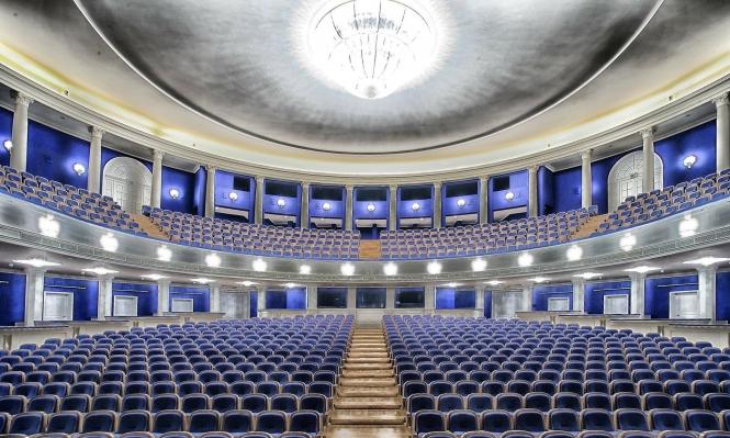"""كورونا: مسرح """"بيرم"""" الروسي يستضيف متفرجا واحدا"""