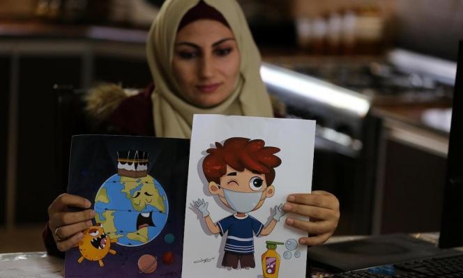 الفنانة نيفين أبو سليم مع رسوماتها الكرتونية حول فيروس كورونا
