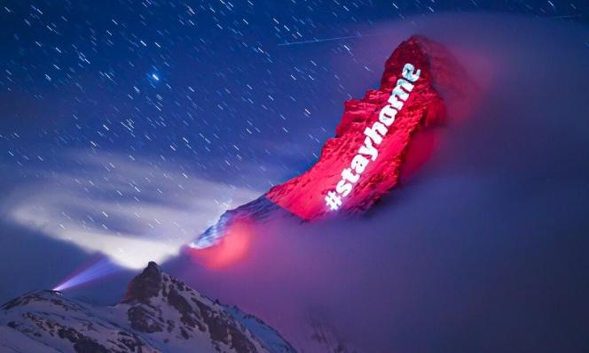 """إضاءة على جبل جليدي في سويسرا تقول """"ابقوا في منازلكم"""""""