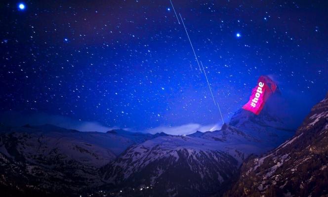 الأمل بتجاوز جائحة كورونا يضاء على ثلوج الجبال في سويسرا