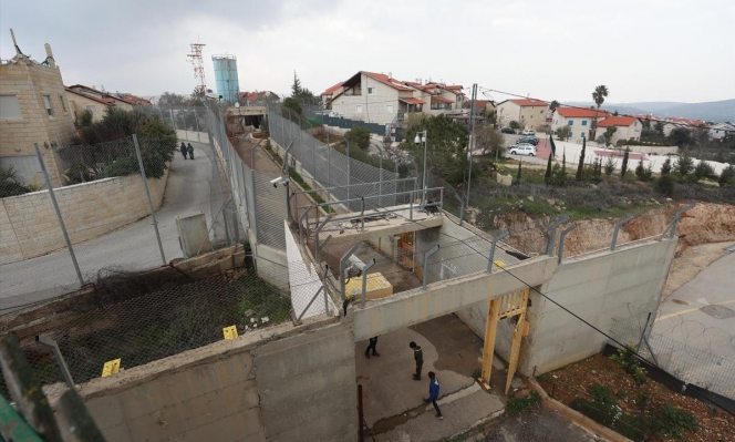"""فلسطيني يعيش في """"قفص"""" داخل مستوطنة"""