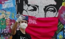 رسم كمامة على جدارية جون لينون في تشيكيا