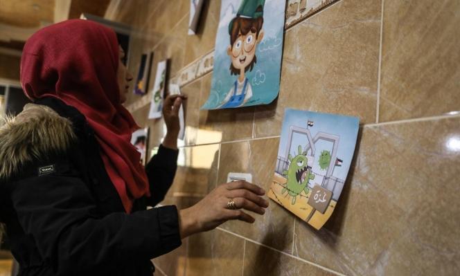 غزة: شابة تكسر حجرها الصحي برسومات توعوية للأطفال