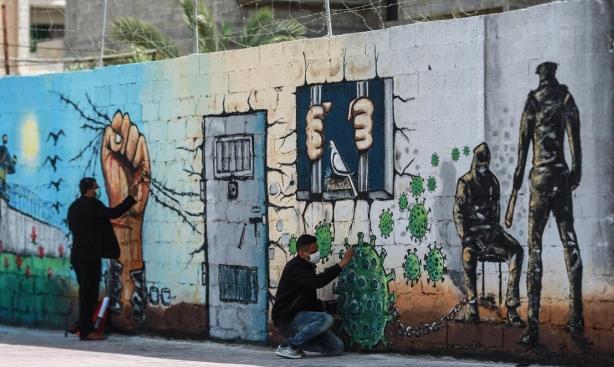 جدارية فنية للأسرى الفلسطينيين على جدران غزة