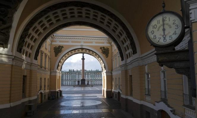 مدينة بطرسبرغ الروسية خالية من السياح بسبب كورونا