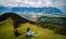 عالم فيه المزيد من الإنسانية.. غرافيتي ضخم في جبال الألب السويسرية
