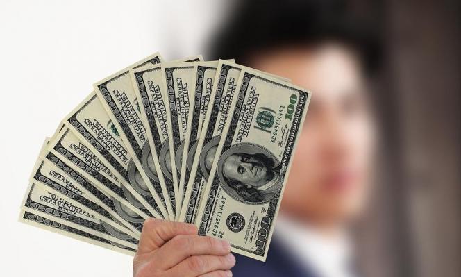 الدولار يرتفع متأثرا بالتوتر التجاري الأميركي الصيني