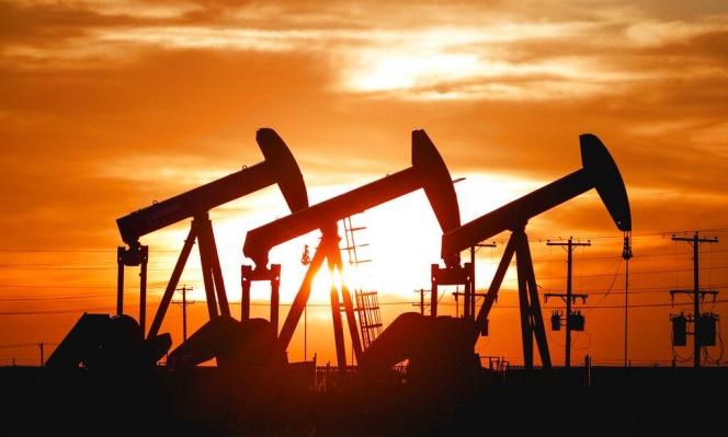 انخفاض أسعار النفط خشية فائض إنتاج