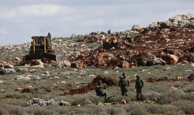 الاحتلال يواصل شق طريق استيطاني في أراضي دورا
