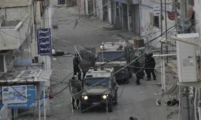 الخليل: إصابة شابين برصاص الاحتلال في مخيم الفوار