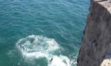 إصابة شاب من مجد الكروم إثر قفزه من السور للبحر في عكا