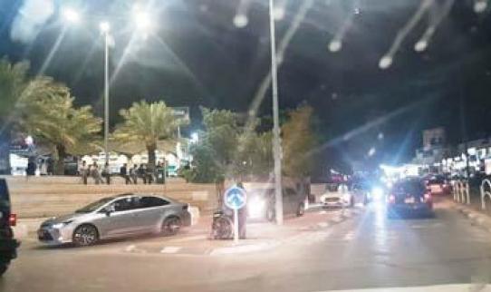 شجار رهط: إصابة شاب طعنًا والشرطة تُفرّق متجمهرين بقنابل صوتيّة