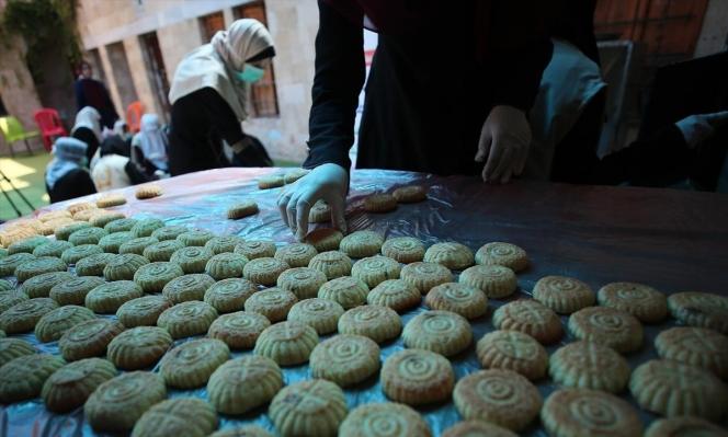 نساء غزيّات يوزعن كعك العيد على الفقراء