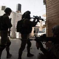 مداهمات واعتقالات بالضفة وإصابات بمواجهات بالخليل