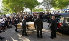 احتجاجات أميركا: تشييع فلويد والشرطي القاتل يمثل أمام القضاء