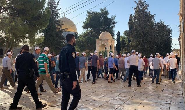 مستوطنون يقتحمون الأقصى وإبعاد لفلسطينيين عن المسجد