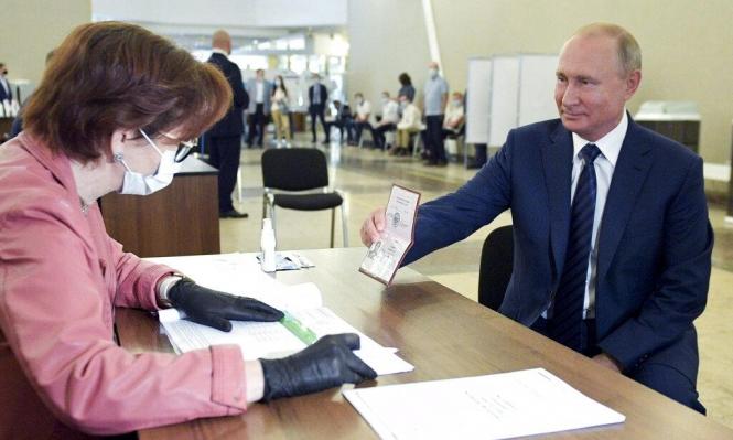 """الروس يؤيدون تعديلات تتيح الحكم لبوتين حتى 2036.. """"ضغط على الناخبين"""""""