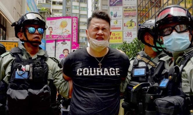 انتقادات دولية للصين: تنفيذ أول اعتقال بموجب قانون الأمن القومي في هونغ كونغ
