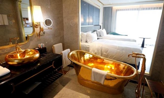 هونغ كونغ: تدشين أول فندق مطلي بالذهب في العالم