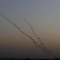 """إطلاق ثلاث قذائف صاروخية من غزة وتفعيل """"القبة الحديدية"""""""