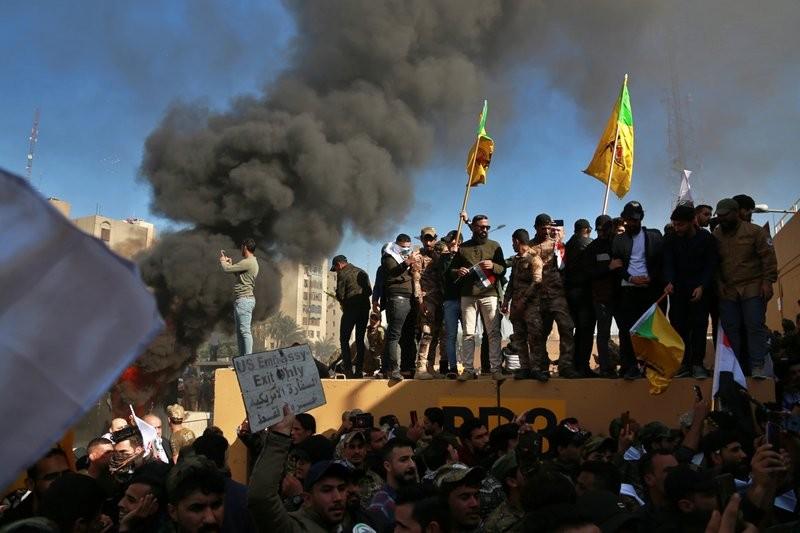 مظاهرة أمام السفارة الأميركية في بغداد (أ ب)