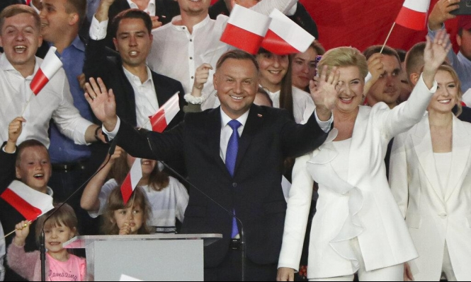 انتخابات رئاسية في بولندا: دودا يتفوق على منافسه بفارق ضئيل