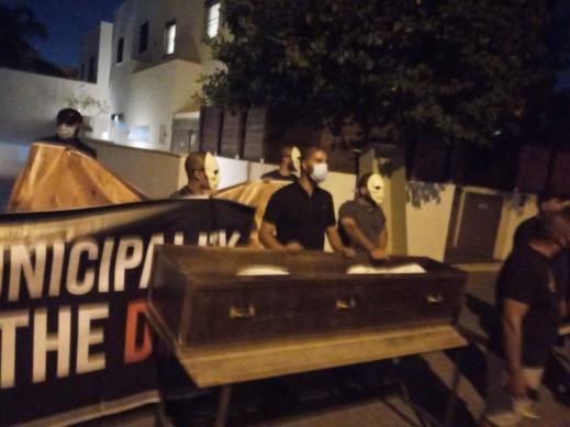 تظاهرة ضد تجريف مقبرة الإسعاف أمام منزل رئيس بلدية تل أبيب
