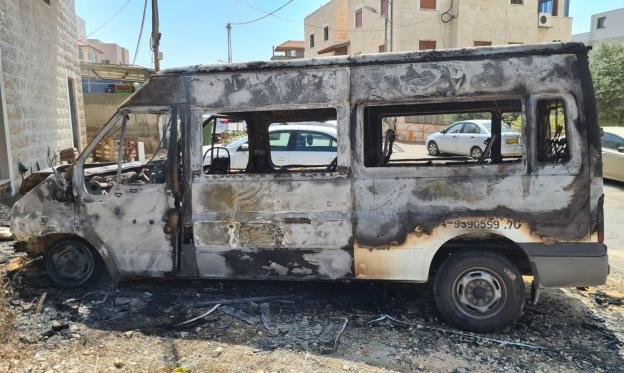 إحراق سيارتين إحداها لرئيس المجلس في كفر مندا