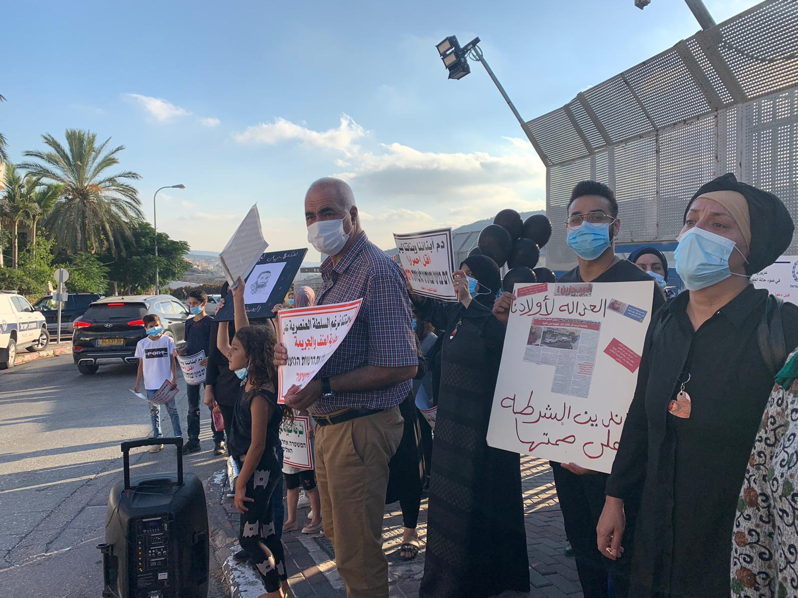 أم الفحم: وقفة احتجاجية ضد العنف والجريمة أمام مركز الشرطة