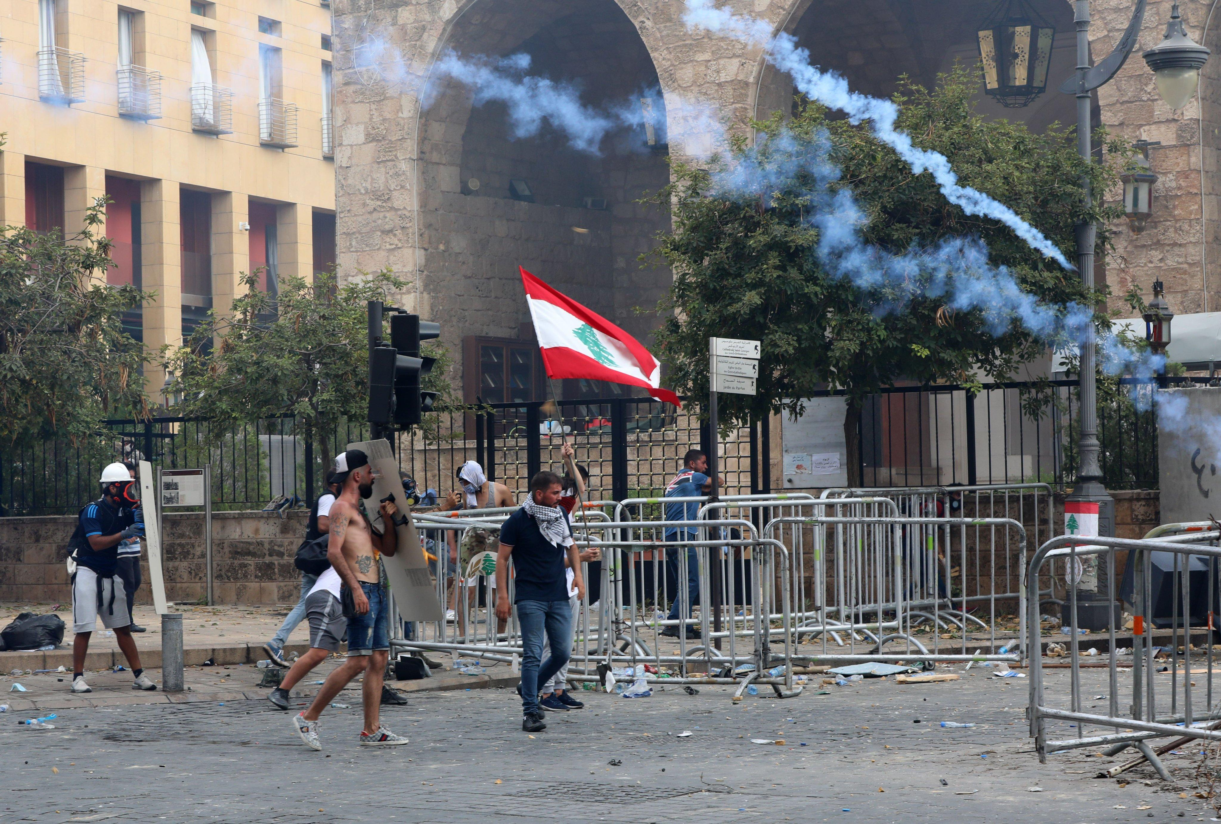 احتجاجات غاضبة في بيروت: قتيل وعشرات الإصابات واقتحام مقار حكومية