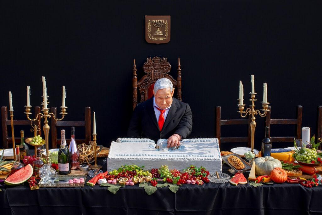 نتنياهو وكعكة الملك في تل أبيب (أ ب)