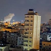 الاحتلال يشدد الحصار ويشن غارات على مواقع بغزة